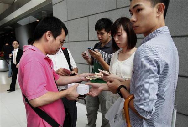 (تصاویر) صفهای طویل برای خرید آیفون5