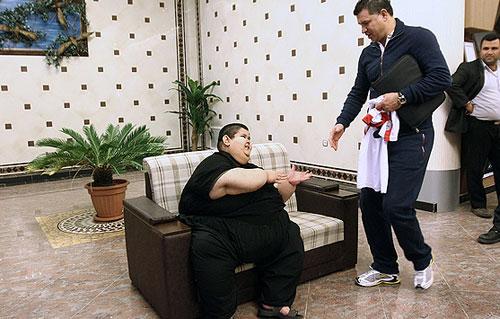 40715 861 اهدا لباس علی دایی به چاق ترین پسر ایرانی/عکس