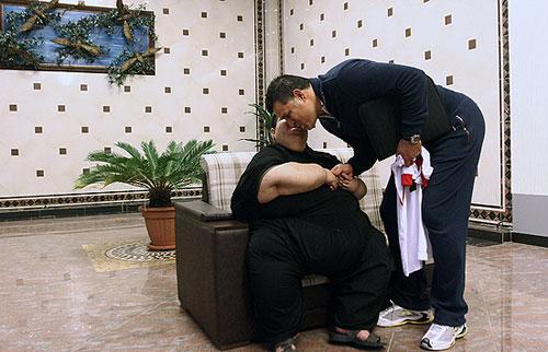 40716 671 اهدا لباس علی دایی به چاق ترین پسر ایرانی/عکس