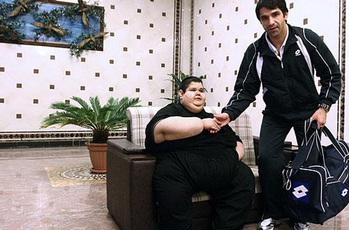 40717 882 اهدا لباس علی دایی به چاق ترین پسر ایرانی/عکس