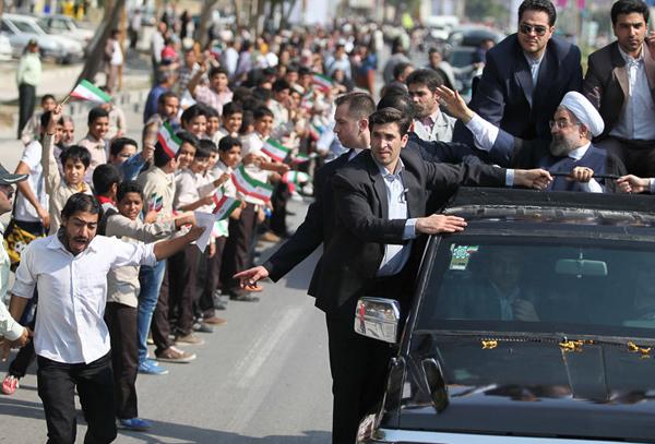 تصاویر/ استفاده مجدد از دانش آموزان و سربازان در مراسم استقبال از روحانی
