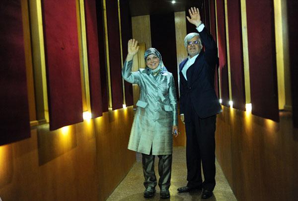 64213 386 - (تصاویر) عارف و همسرش در نشست خبری