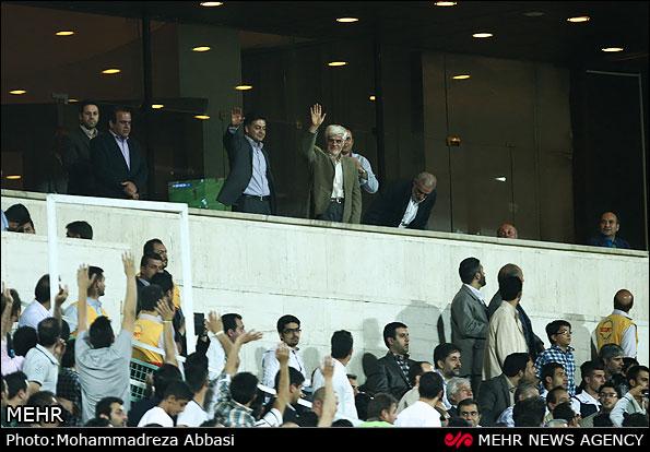 عکس محمدرضا عارف در استادیوم