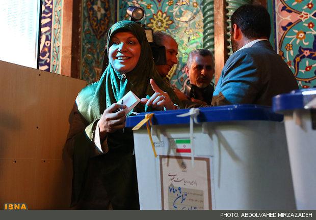 همسر عارف پای صندوق رای /عکس