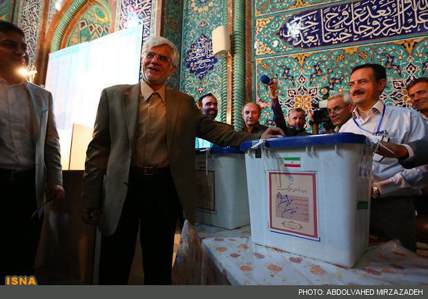 70300 767  (تصاویر) عارف در حسینیه ارشاد رای داد