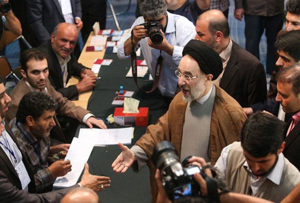 لحظه رای دادن خاتمی عکس های لحظه رای دادن سید محمد خاتمی عکس های لحظه رای دادن خاتمی عکس رای دادن خاتمی خاتمی رای داد