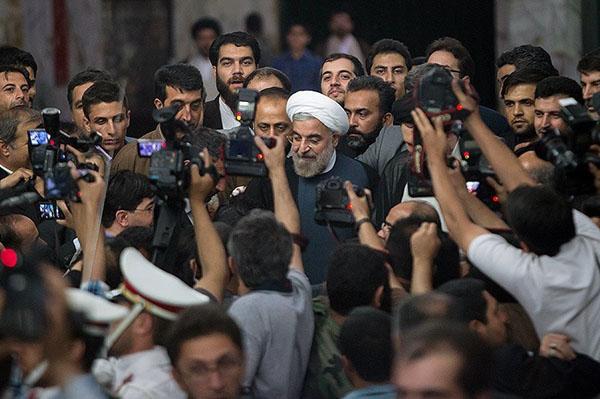 71035 963  (تصاویر) حسن روحانی در مرقد امام (ره)