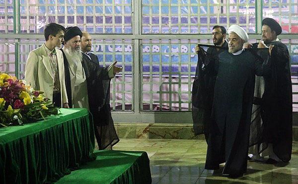 71039 988  (تصاویر) حسن روحانی در مرقد امام (ره)