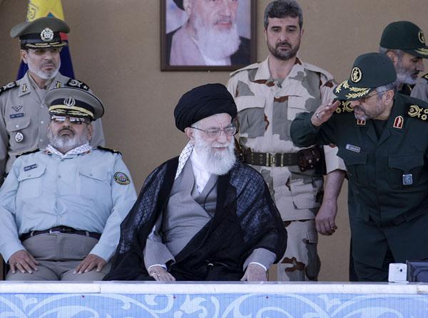 تصاویر) رهبرانقلاب در دانشگاه امام حسین(ع)