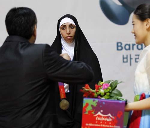 حجاب زن ایرانی هنگام دریافت مدال (تصاویر)