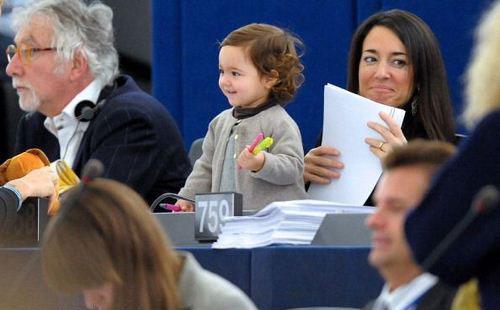 (تصاویر) دختر 2سالهای که در پارلمان اروپا رایمیدهد!