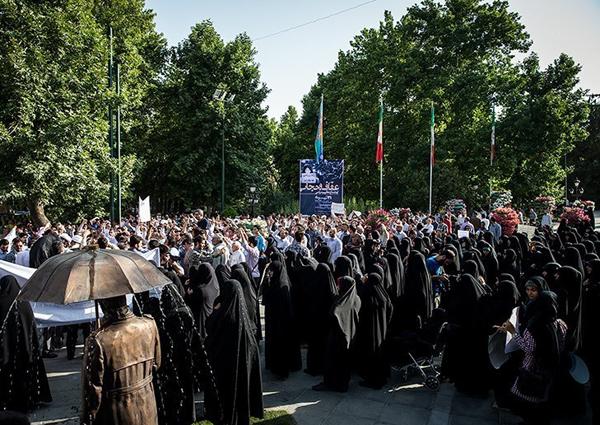 (تصاویر) اعتراض به صداوسیما مردم تهران در رابطه با احیای حجاب و عفاف