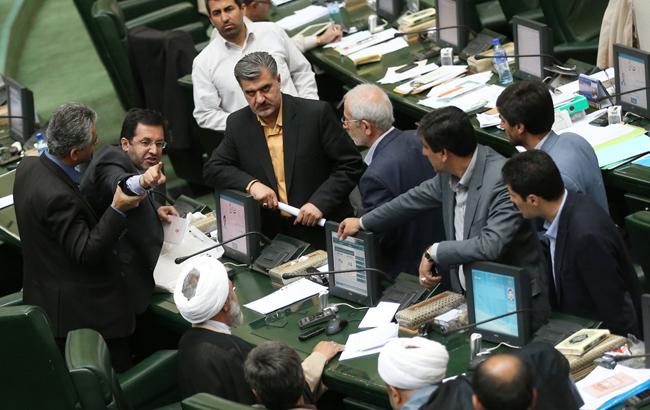 هتاکی بی سابقه در مجلس / نماینده معتدل حامی دولت خطاب به کوچک زاده: ... خوردی!