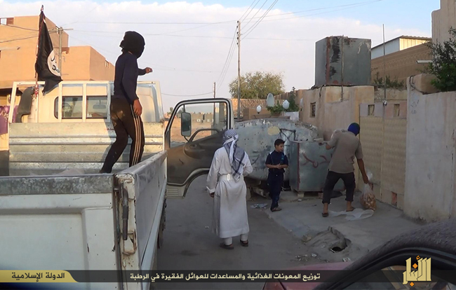 (تصاویر) توزیع آذوقه بین مردم توسط داعش!
