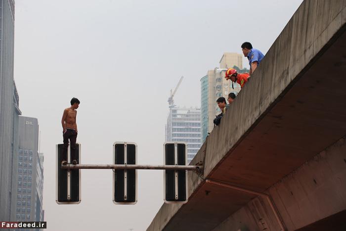(تصاویر) خودکشی از روی چراغ راهنما