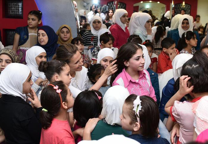 تصاویر) همسر بشار اسد در کنار ایتام