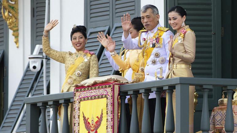 (عکس) پادشاه تایلند به همراه ۲۰ زن در یک هتل لوکس قرنطینه شد