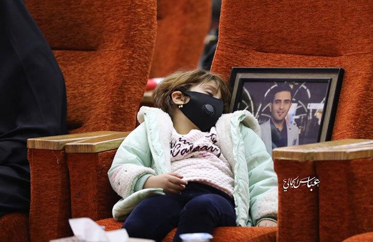 (تصویر) دختر سرتیم حفاظت ابومهدی المهندس در مراسم سالگرد
