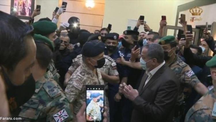 (ویدئو) حضور پادشاه در بیمارستان و دستور اخراج رئیس بیمارستان