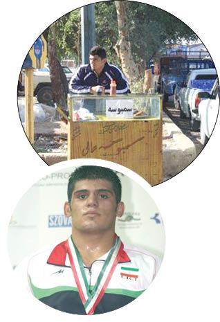 قهرمان مسابقات جهانی کُشتی در حال میوهفروشی با وانت