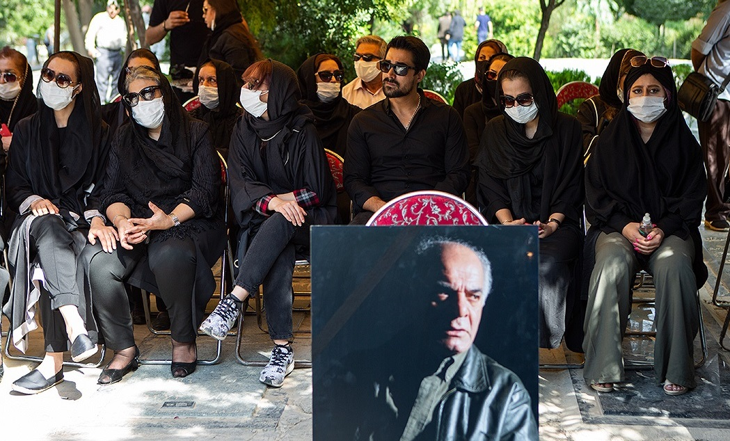 (تصاویر) متن و حاشیه مراسم خاکسپاری سیروس گرجستانی