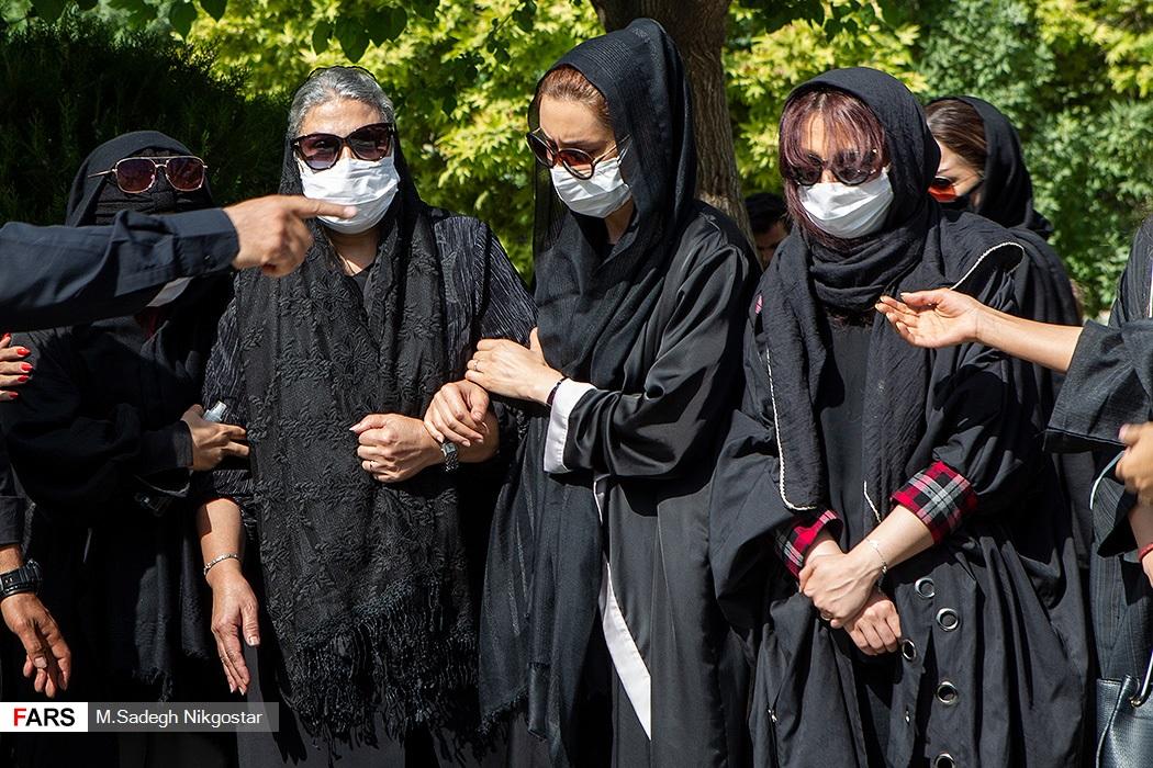 (تصاویر) همسر و فرزند مرحوم سیروس گرجستانی در مراسم تدفین