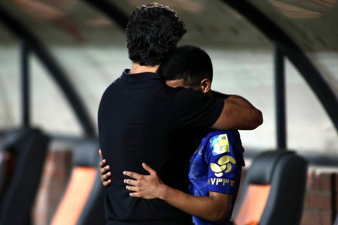 (عکس) گریه قائدی در آغوش فرهاد مجیدی