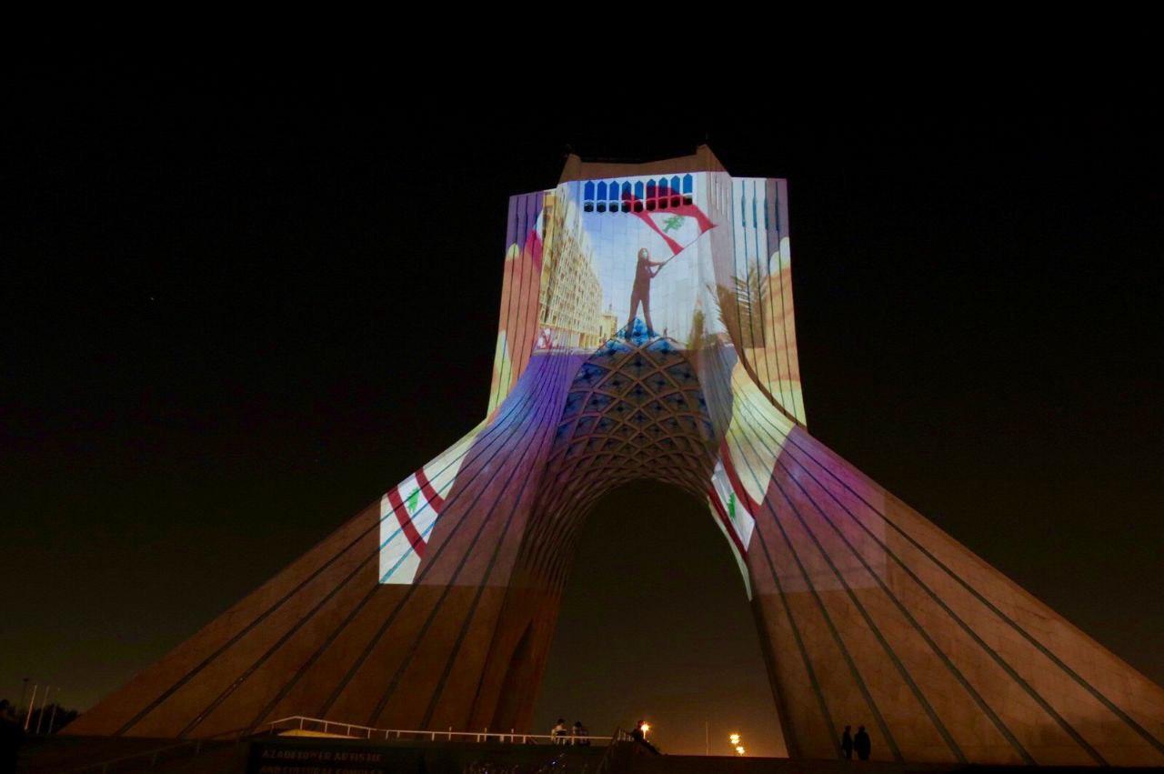 (تصاویر) برج آزادی به یاد انفجار بیروت