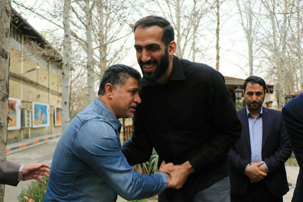 (عکس) وقتی علی دایی جلوی غول بسکتبال ایستاد!