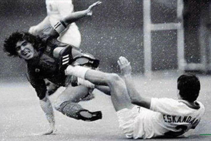 (عکس) تنها بازیکن ایرانی که مارادونا را شکست داد!