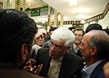 محمدرضا عارف در مسجد محله نارمک. (ایلنا/ محمدرضا جنیدی)