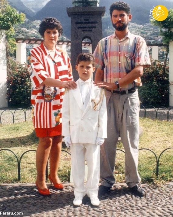 رونالدو در کنار مادرش ماریا دولورس که آن زمان آشپز بود و پدرش ژوزه دینیس اویرو که سرباز قدیمی جنگ بود.