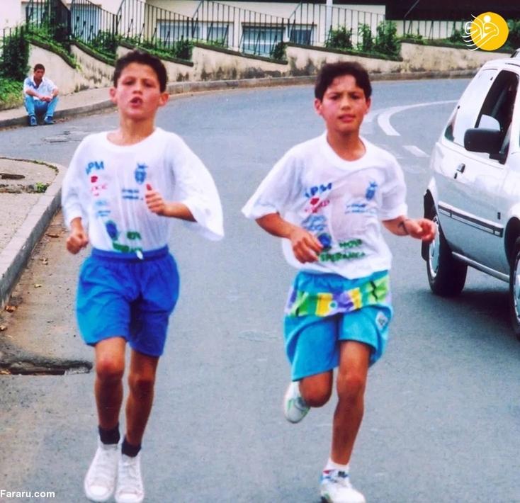 یکی از سرگرمی های رونالدو این بود که در حاشیه خیابان با ماشین ها مسابقه بدهد. او با دوندگی تلاش می کرد از اتومبیل ها پیشی بگیرد.