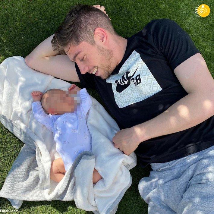 فده والورده در کنار کودک تازه متولد شده اش