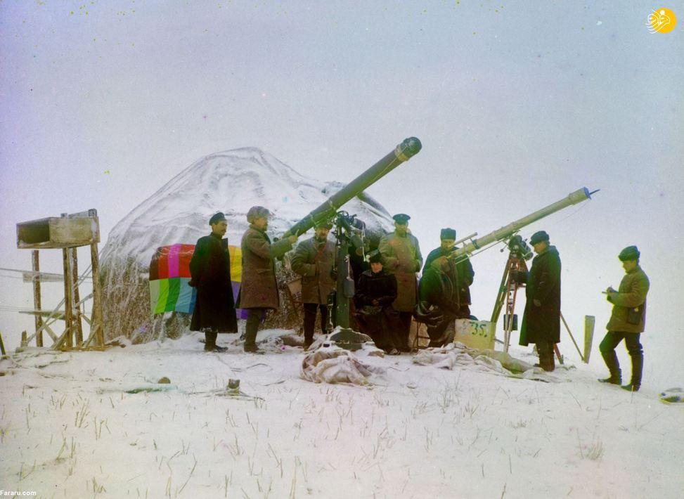 سرگئی پروکودین-گورسکی (نفر دوم از چپ) در انتظار کنار رفتن ابرها برای مشاهده خورشیدگرفتگی. یکم ژانویه ۱۹۰۷. کوههای تیانشان در آسیای میانه.
