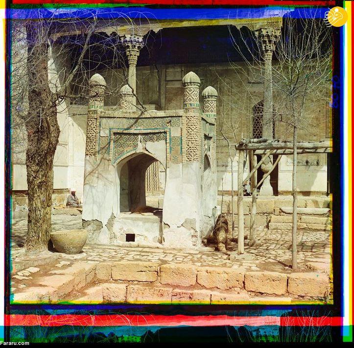 مزاری قدیمی در داخل مجموعه تاریخی بهاءالدین در حومه بخارا. بر روی این مزار مرمت زیادی انجام شده و همچنان پابرجاست.