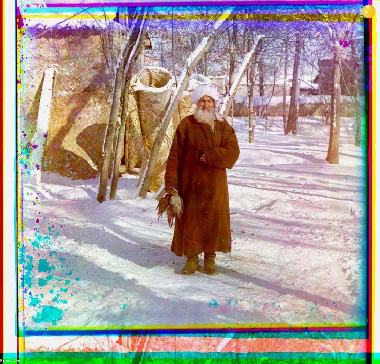 پیرمردی با جامه تاجیکی پس از شکار چند پرنده وحشی. سمرقند.
