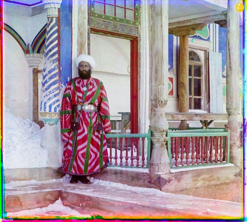 یکی از میرزایان در جلوی قصر امیر بخارا.