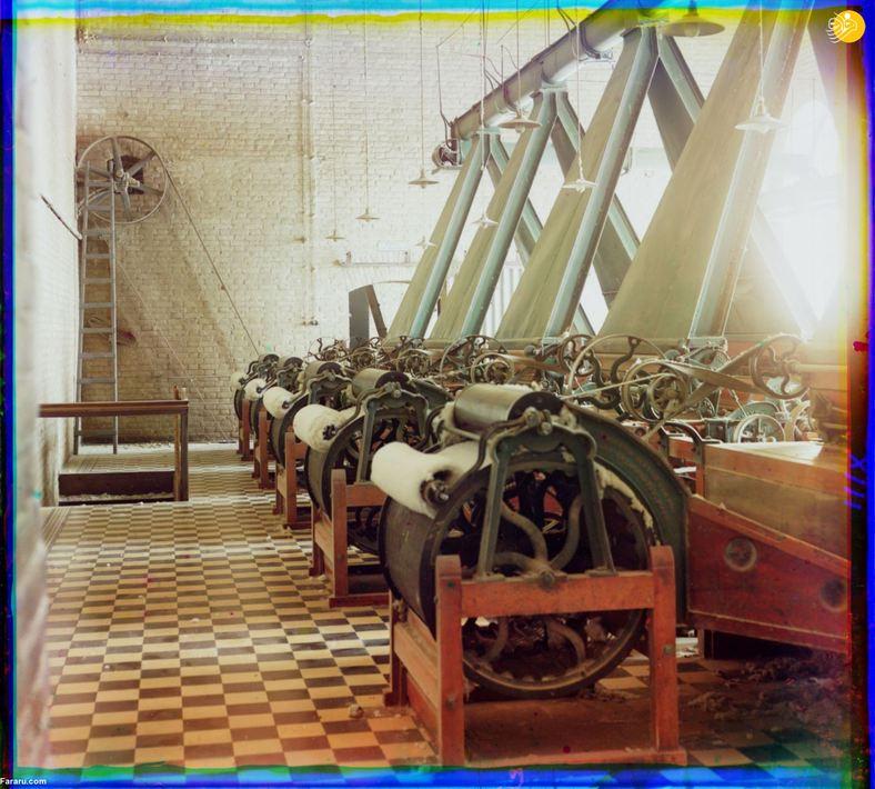دستگاههای ریسندگی در داخل یک کارخانه پنبهریسی، احتمالاُ در تاشکند.
