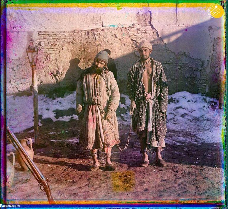 دو زندانی با غل و زنجیر در جلوی سیاهچال معروف بخارا.