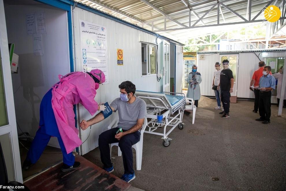 معالجه یک مرد در خارج از بیمارستان مسیح دانشوری/ عکس: Getty Images