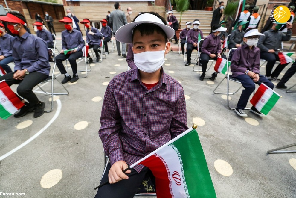 دانش آموزان ایرانی اب ماسک در روز بازگشایی مدارس/ عکس: AFP