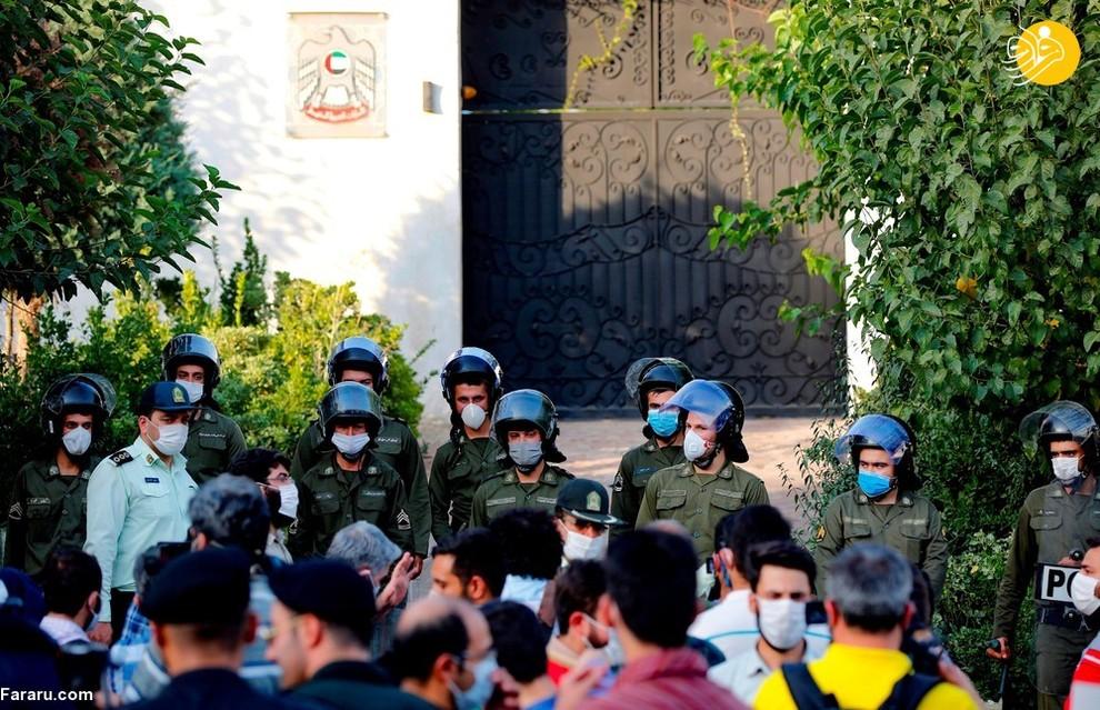 نیروهای امنیتی مقابل تجمع دانشجویان ایرانی در اعتراضات علیه عادی سازی روابط امارات با اسرائیل مقابل سفارت امارات/ عکس: AFP