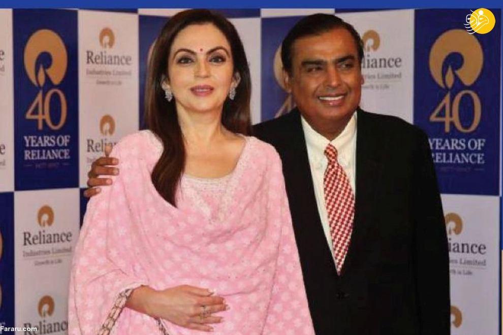 موکش امبانی (راست) کارآفرین هندی است. دارایی او بیش از ۷۳ میلیارد دلار است. او در دانشگاه نفت کنار نارندرا مودی، نخستوزیر هند نشسته است.