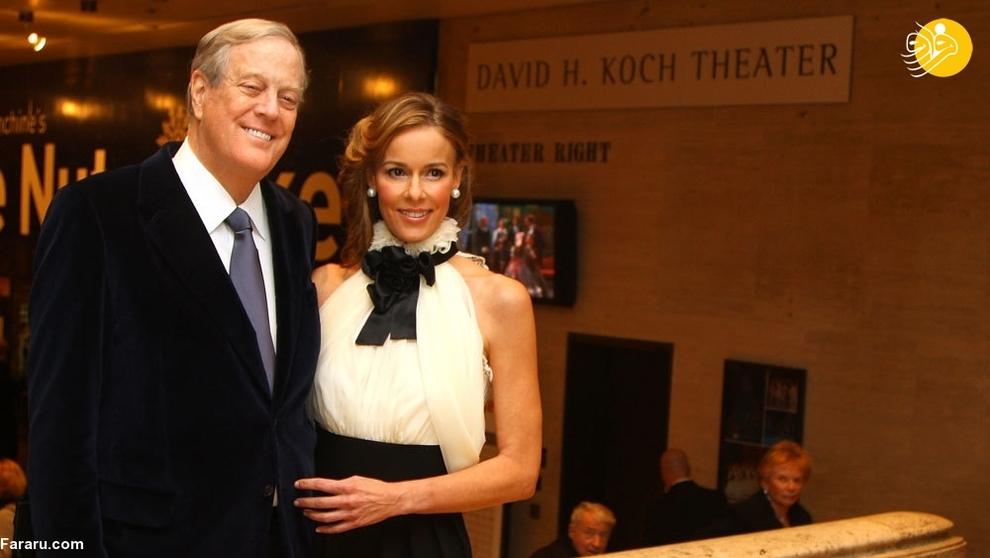 جولیا فلشر کوک همسر دیوید کوک است. دیوید برادر کوچکتر چارلز کوک است. جولیا پس از فوت همسرش در سال ۲۰۱۹ بیش از ۵۸ میلیارد دلار به ارث بود.