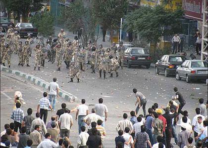 صحنه کشتار مردم معترض توسط بسیجی ها