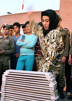 نمایش حرکات رزمی همزمان مردان و زنان در نمایشگاه عمومی نیروی انتظامی