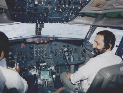 در حال خلبانی هواپیما