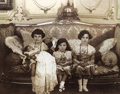 فوزیه در کنار خواهر و برادرش