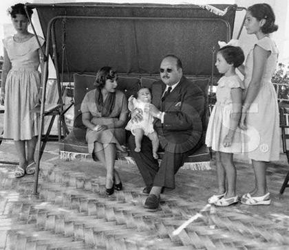 در کنار ملک فاروق (دختر سمت چپ)